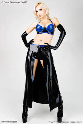 Langer latexrock mit Latex-Hot-Pants und Kontrastfarbe Latexa 3032
